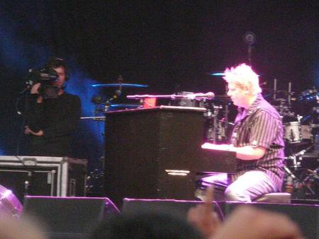 Dexter_Holland_piano