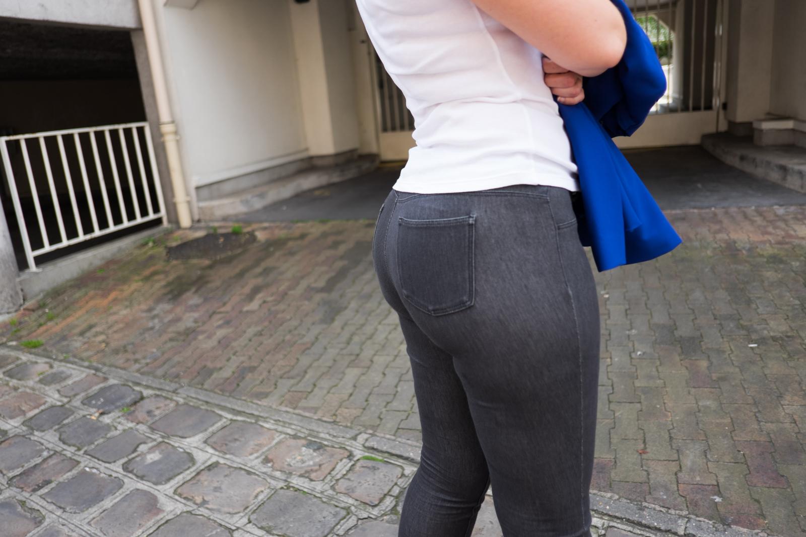 image Joli cul en jeans gris au gp moto