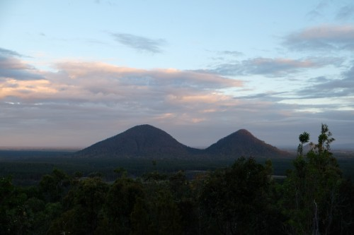 australie-queensland-glass-house-mountains-mount-tunbubudla